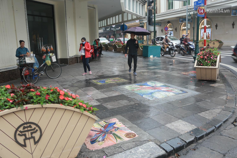 """Ảnh: Nắp cống, hố ga """"vô tri, vô giác"""" tại phố đi bộ Hà Nội biến thành tác phẩm nghệ thuật đẹp như tranh vẽ - Ảnh 1."""