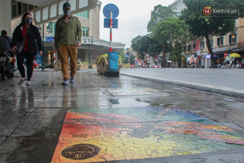 """Ảnh: Nắp cống, hố ga """"vô tri, vô giác"""" tại phố đi bộ Hà Nội biến thành tác phẩm nghệ thuật đẹp như tranh vẽ - Ảnh 2."""