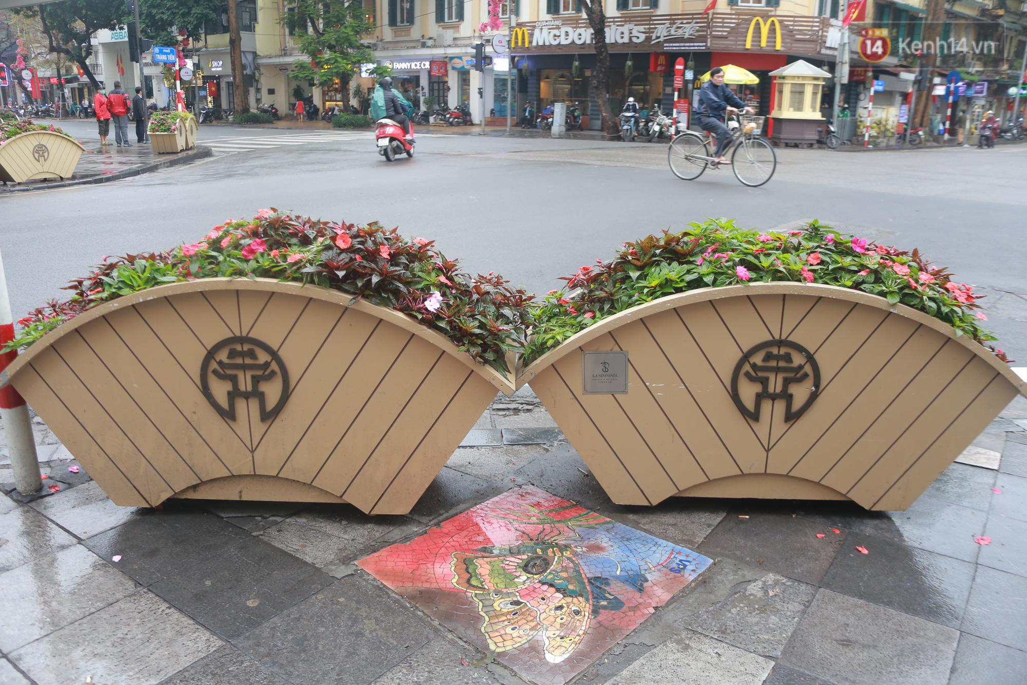 """Ảnh: Nắp cống, hố ga """"vô tri, vô giác"""" tại phố đi bộ Hà Nội biến thành tác phẩm nghệ thuật đẹp như tranh vẽ - Ảnh 3."""