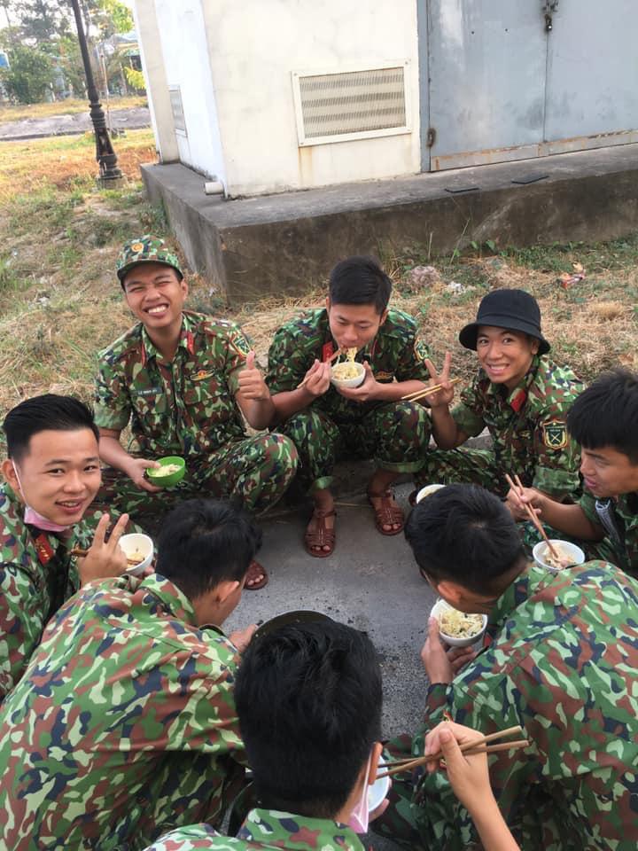 Bát mì tôm và nụ cười không biết mệt mỏi của các chiến sĩ trong khu cách ly: Hình ảnh đẹp nhất ngày - Ảnh 3.
