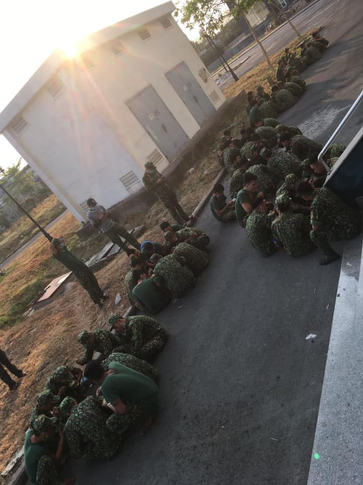 Bát mì tôm và nụ cười không biết mệt mỏi của các chiến sĩ trong khu cách ly: Hình ảnh đẹp nhất ngày - Ảnh 4.