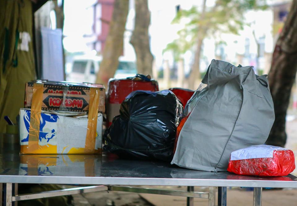 Quá giờ kí gửi đồ, nhiều người vẫn đội mưa nán lại chờ gửi đồ tiếp tế cho người thân ở khu cách ly Pháp Vân- Tứ Hiệp - Ảnh 6.