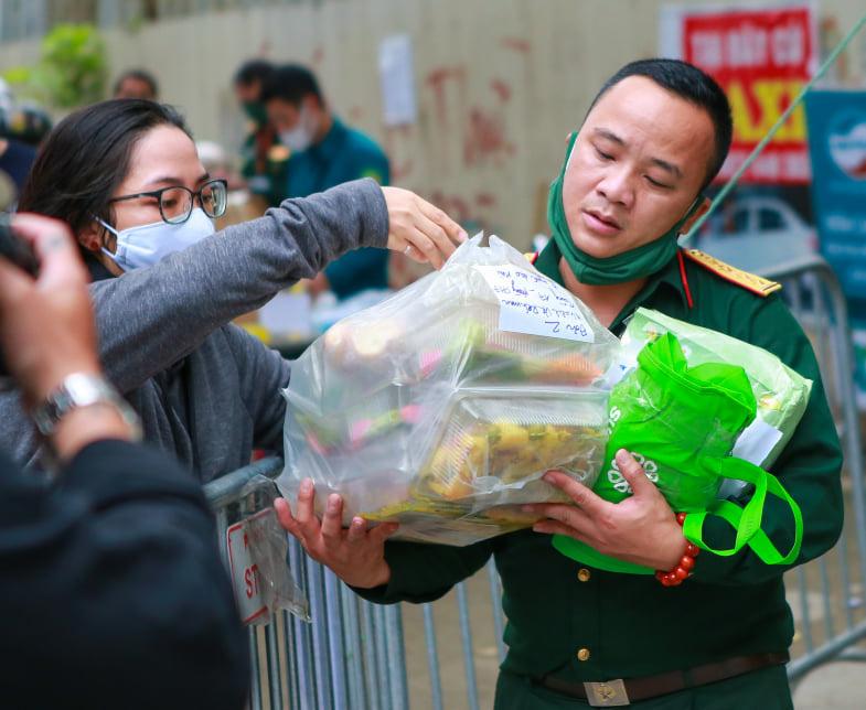 Quá giờ kí gửi đồ, nhiều người vẫn đội mưa nán lại chờ gửi đồ tiếp tế cho người thân ở khu cách ly Pháp Vân- Tứ Hiệp - Ảnh 5.