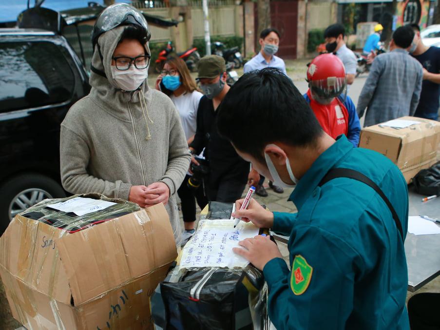 Quá giờ kí gửi đồ, nhiều người vẫn đội mưa nán lại chờ gửi đồ tiếp tế cho người thân ở khu cách ly Pháp Vân- Tứ Hiệp - Ảnh 3.