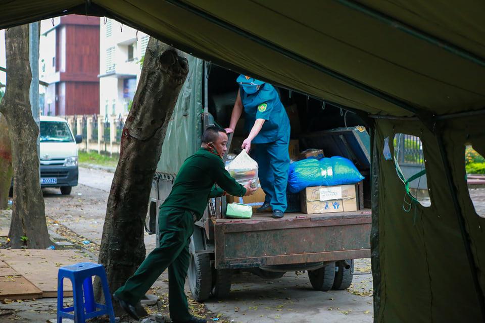 Quá giờ kí gửi đồ, nhiều người vẫn đội mưa nán lại chờ gửi đồ tiếp tế cho người thân ở khu cách ly Pháp Vân- Tứ Hiệp - Ảnh 7.