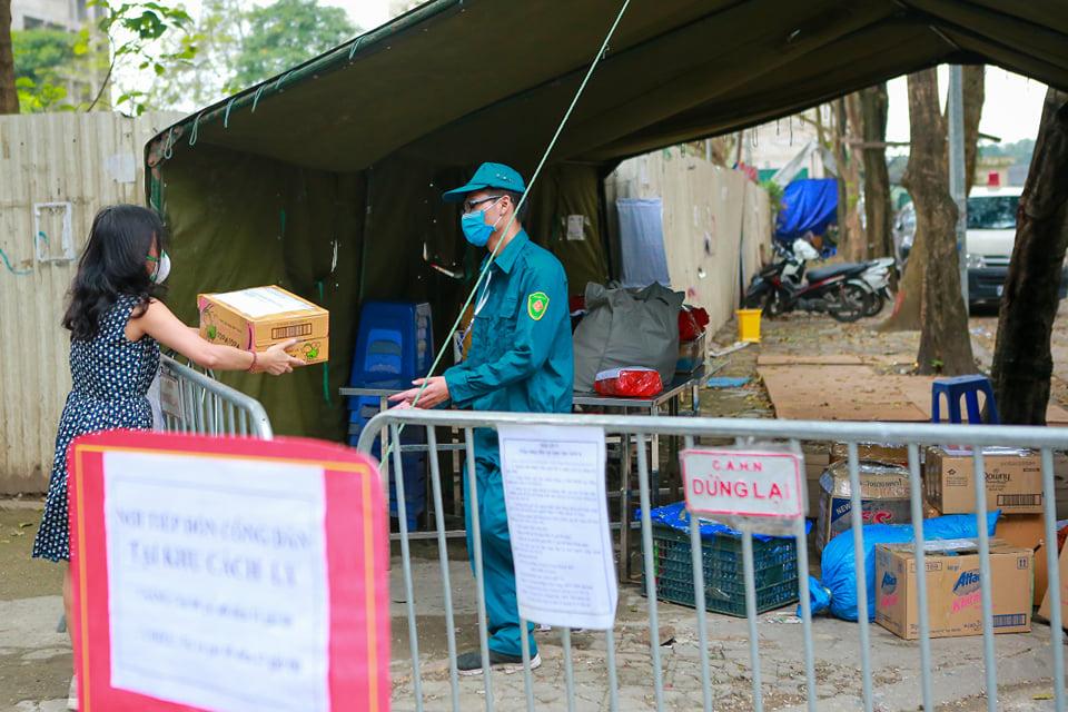 Quá giờ kí gửi đồ, nhiều người vẫn đội mưa nán lại chờ gửi đồ tiếp tế cho người thân ở khu cách ly Pháp Vân- Tứ Hiệp - Ảnh 4.