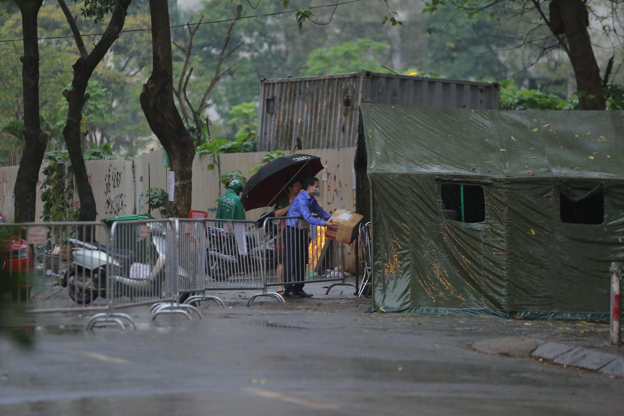 Quá giờ kí gửi đồ, nhiều người vẫn đội mưa nán lại chờ gửi đồ tiếp tế cho người thân ở khu cách ly Pháp Vân- Tứ Hiệp - Ảnh 12.