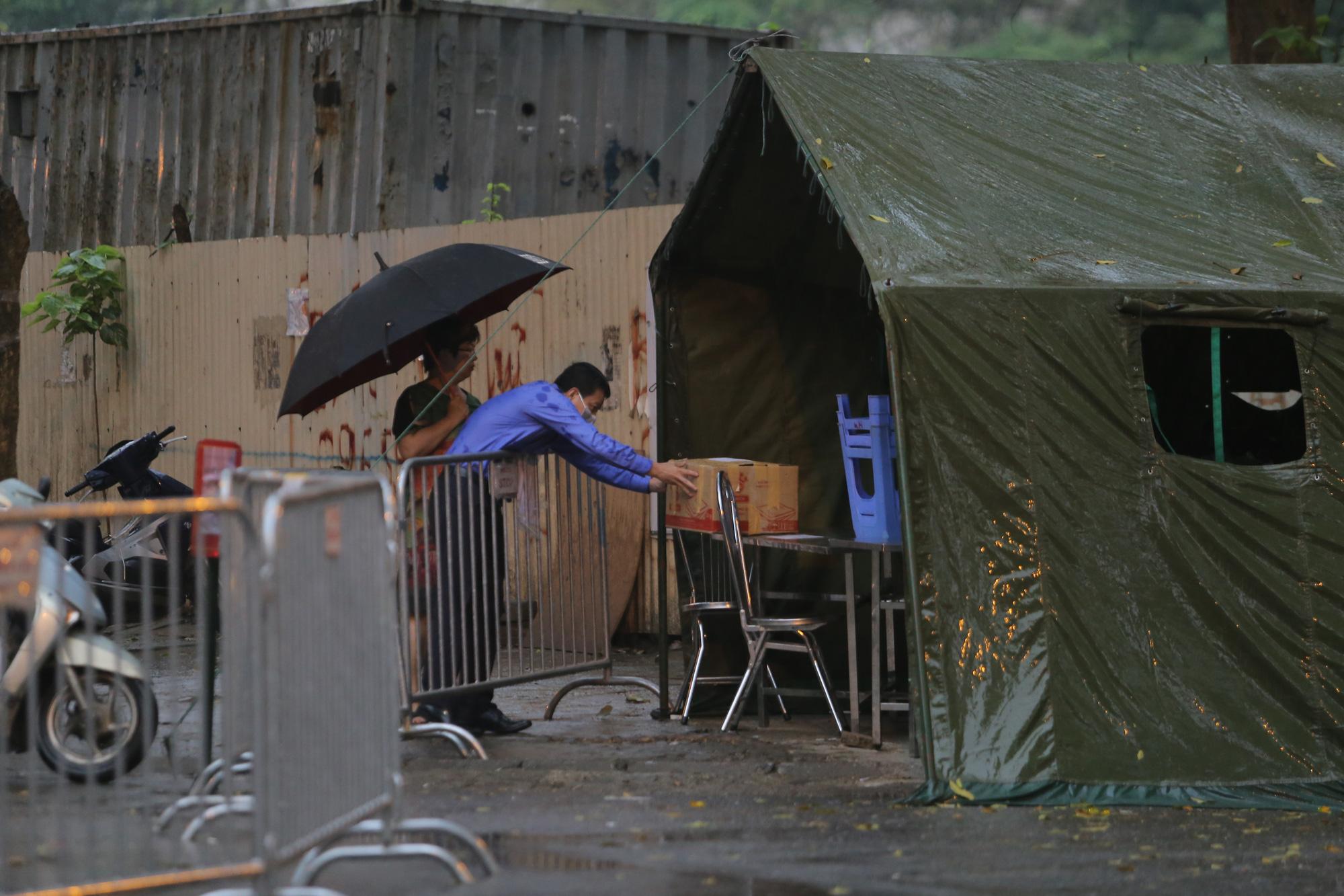 Quá giờ kí gửi đồ, nhiều người vẫn đội mưa nán lại chờ gửi đồ tiếp tế cho người thân ở khu cách ly Pháp Vân- Tứ Hiệp - Ảnh 13.