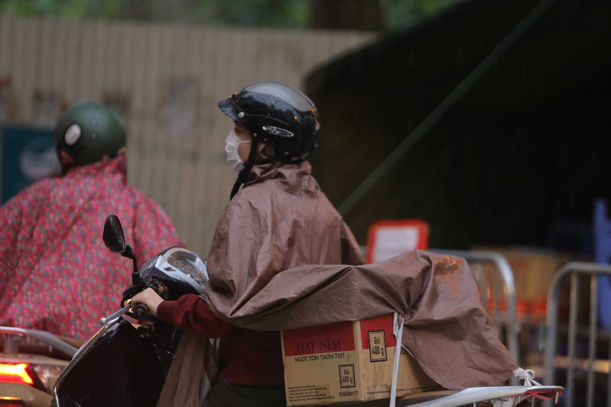 Quá giờ kí gửi đồ, nhiều người vẫn đội mưa nán lại chờ gửi đồ tiếp tế cho người thân ở khu cách ly Pháp Vân- Tứ Hiệp - Ảnh 14.