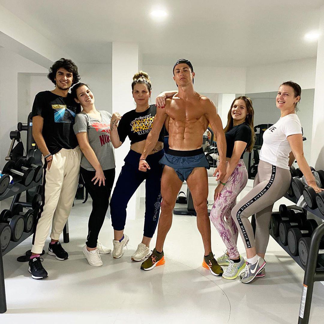 Đã lâu không thể thi đấu vì dịch Covid-19, Ronaldo vẫn khiến các fan phải xuýt xoa khi khoe body cực phẩm, đẹp như tượng tạc - Ảnh 1.