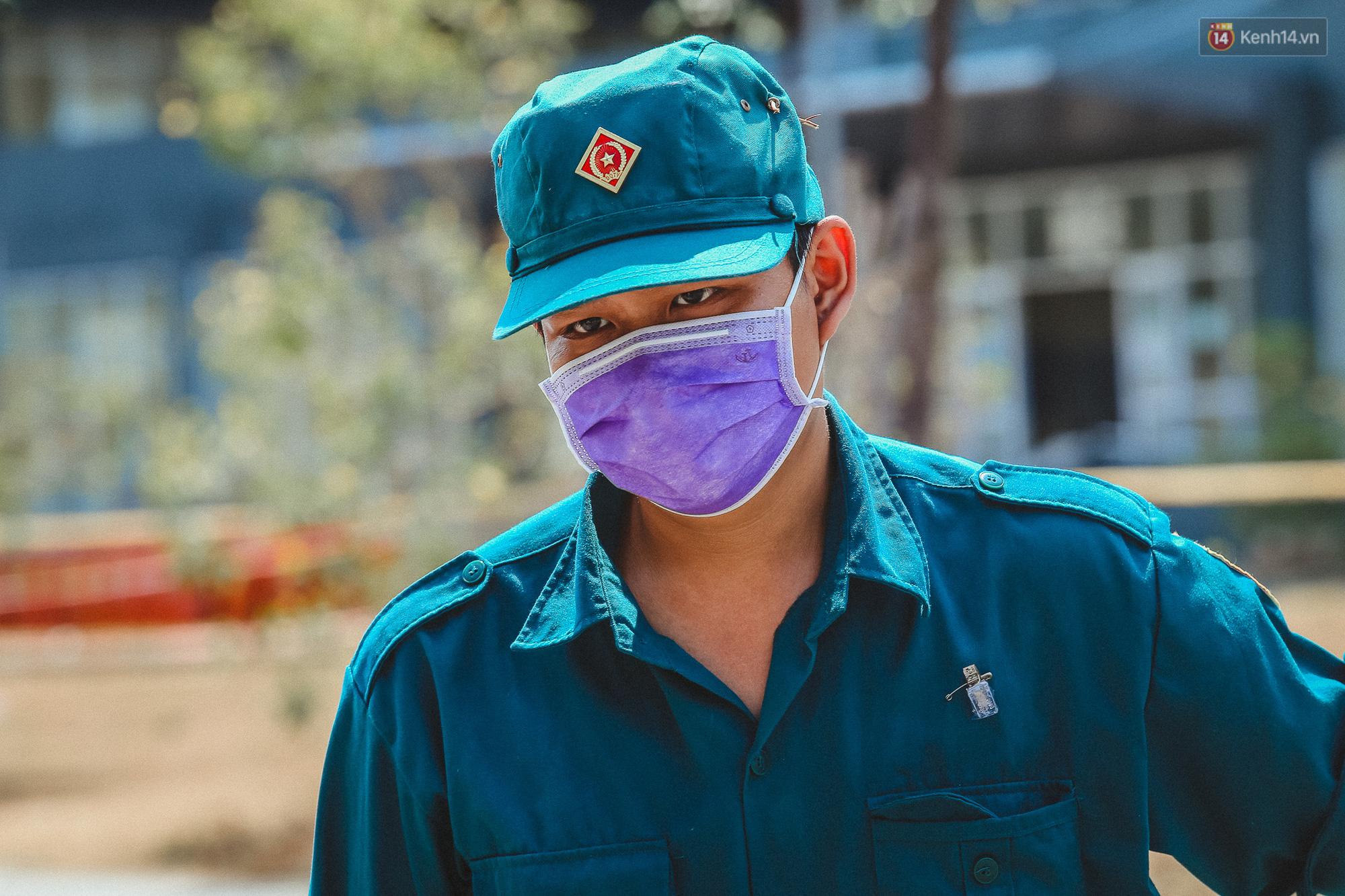 Người cách ly ở KTX âm thầm mua sữa tặng các anh dân quân tự vệ để cảm ơn vì ngày đêm chuyển hàng viện trợ - Ảnh 4.