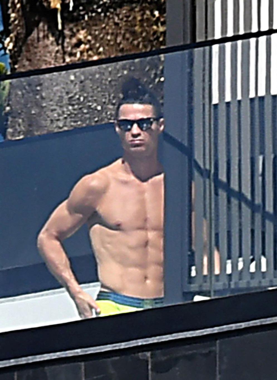 Đã lâu không thể thi đấu vì dịch Covid-19, Ronaldo vẫn khiến các fan phải xuýt xoa khi khoe body cực phẩm, đẹp như tượng tạc - Ảnh 3.
