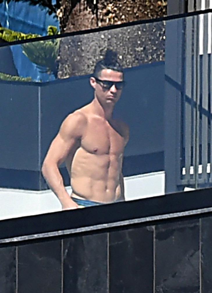 Đã lâu không thể thi đấu vì dịch Covid-19, Ronaldo vẫn khiến các fan phải xuýt xoa khi khoe body cực phẩm, đẹp như tượng tạc - Ảnh 2.