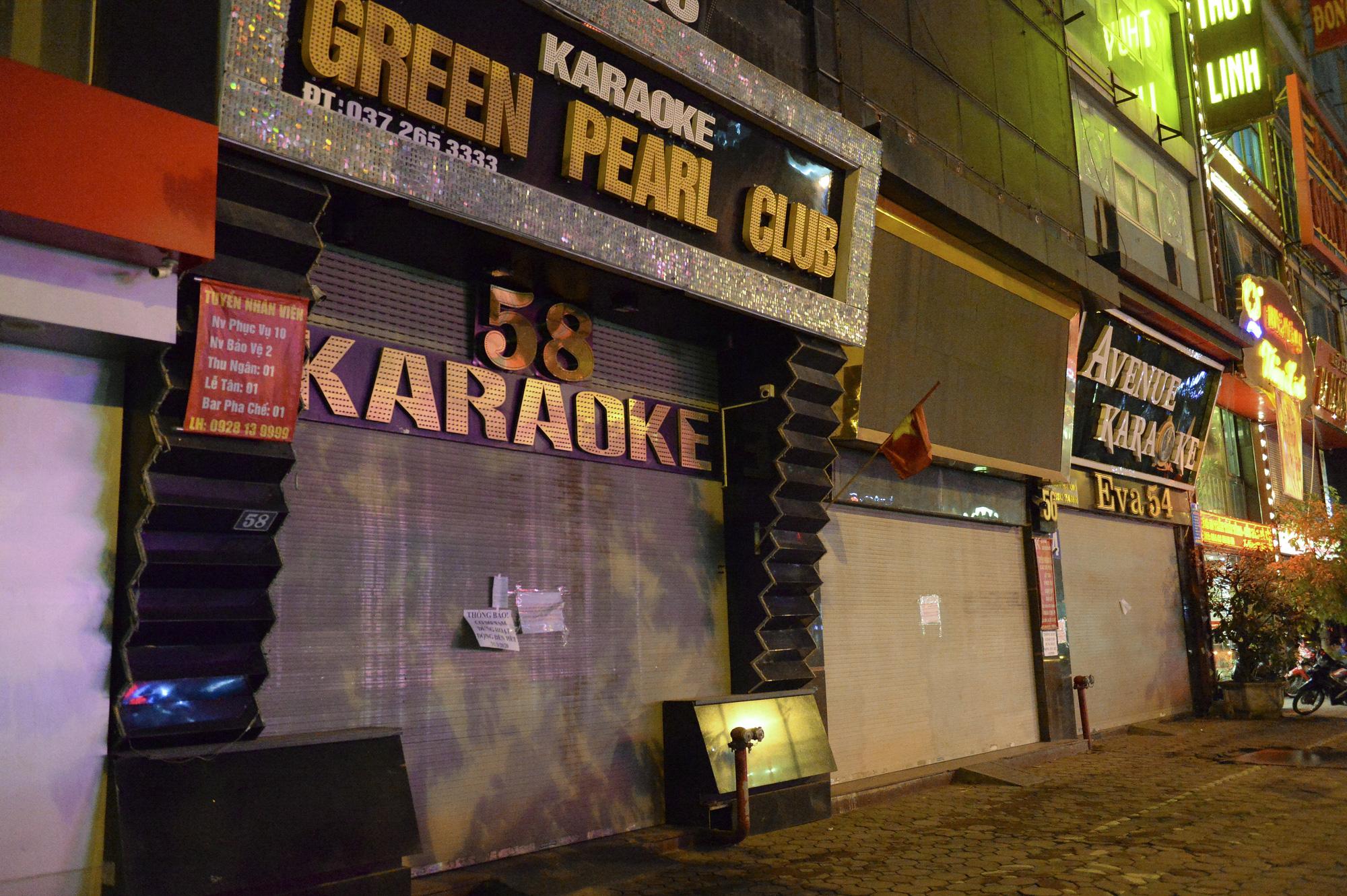 Hình ảnh khác lạ của các phố karaoke nổi tiếng Hà Nội sau chỉ đạo đóng cửa tạm thời - Ảnh 3.