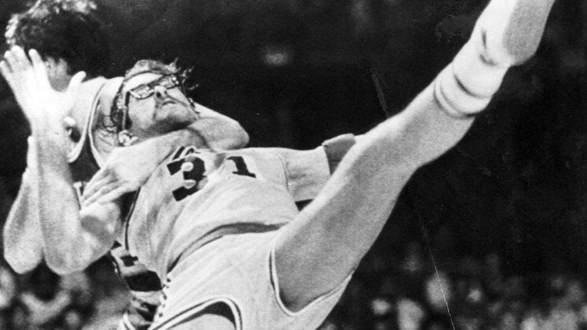 Top 10 tình huống triệt hạ đầy tai tiếng trong lịch sử NBA - Ảnh 19.