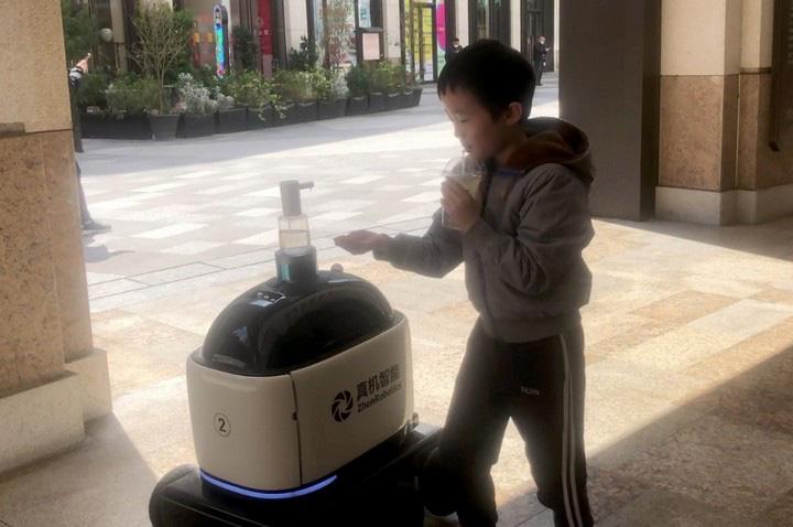 Robot chuyên phân phát rau, củ, quả và tuần tra cho thấy mức độ tự động hóa ngày càng cao của Trung Quốc - Ảnh 3.