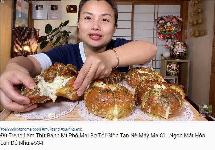 Cũng đu trend làm bánh mì bơ tỏi phô mai, Quỳnh Trần JP khiến ai nấy ngỡ ngàng với tay nghề thành thạo đến nỗi đầu bếp cũng phải gật gù - Ảnh 1.