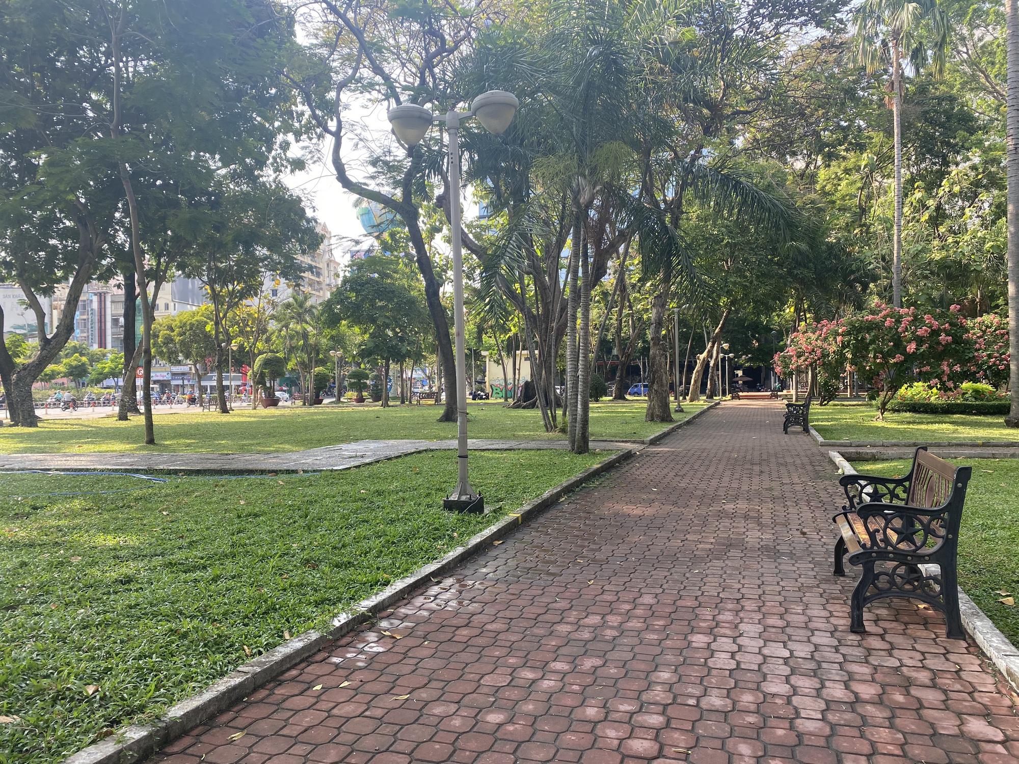 TP.HCM: Sân chơi công viên vắng ngắt, máy tập thể dục bị niêm phong sau lệnh tạm ngưng hoạt động phòng chống dịch Covid-19 - Ảnh 7.
