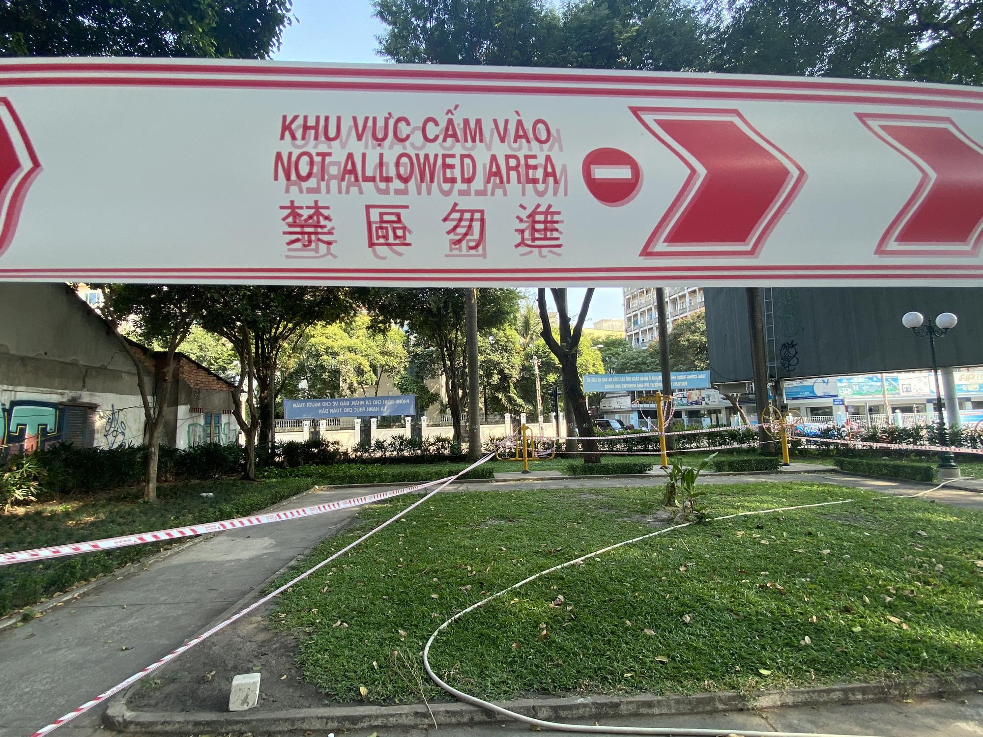 TP.HCM: Sân chơi công viên vắng ngắt, máy tập thể dục bị niêm phong sau lệnh tạm ngưng hoạt động phòng chống dịch Covid-19 - Ảnh 8.