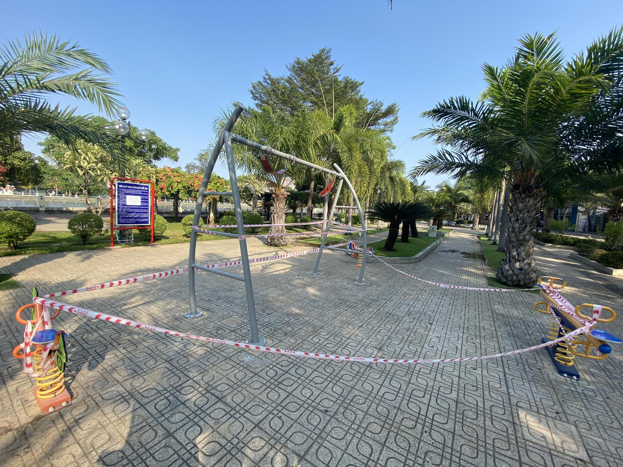 TP.HCM: Sân chơi công viên vắng ngắt, máy tập thể dục bị niêm phong sau lệnh tạm ngưng hoạt động phòng chống dịch Covid-19 - Ảnh 14.