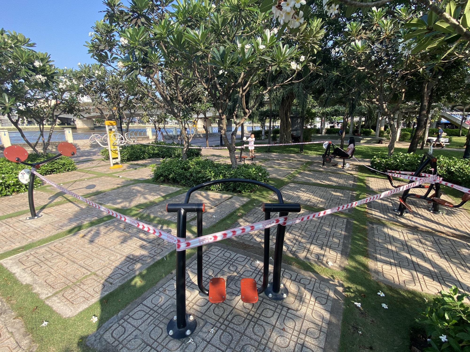 TP.HCM: Sân chơi công viên vắng ngắt, máy tập thể dục bị niêm phong sau lệnh tạm ngưng hoạt động phòng chống dịch Covid-19 - Ảnh 13.
