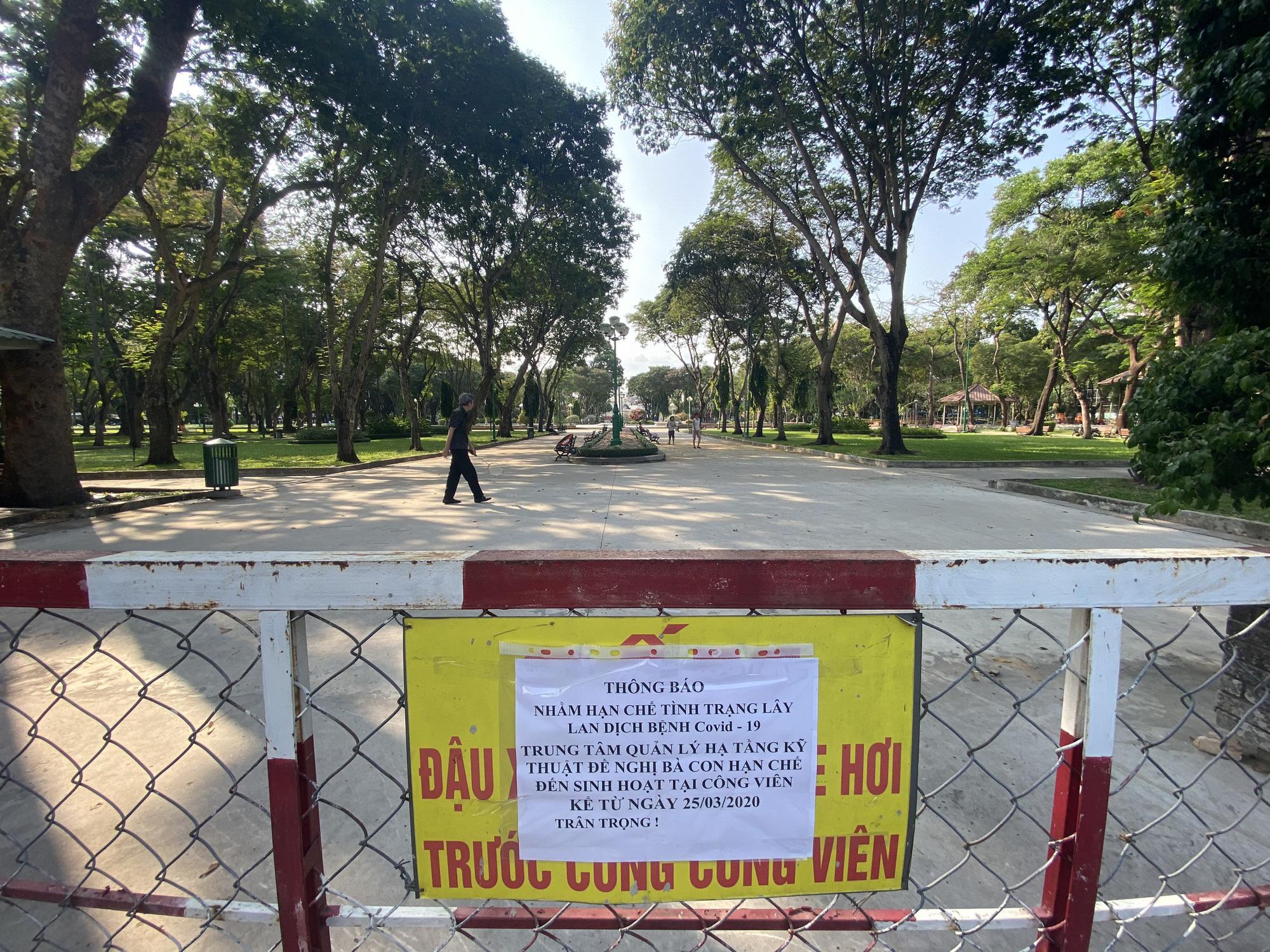 TP.HCM: Sân chơi công viên vắng ngắt, máy tập thể dục bị niêm phong sau lệnh tạm ngưng hoạt động phòng chống dịch Covid-19 - Ảnh 4.