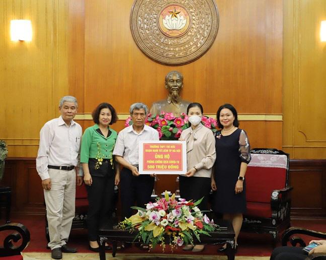 Trường THPT ở Hà Nội quyên góp nửa tỷ đồng cho công tác phòng, chống dịch COVID-19 - Ảnh 1.