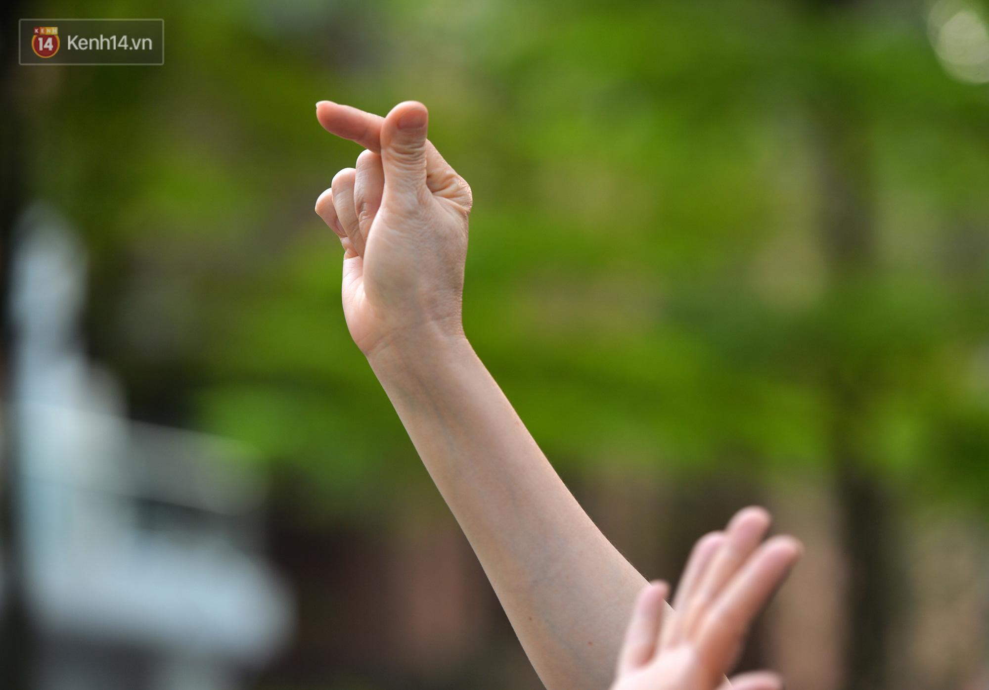 Mẹ bắn tim từ xa cho con gái, các anh thanh niên tầng trên cột dây thả túi hoa quả cho chị em tầng dưới trong khu cách ly ở Hà Nội - Ảnh 7.