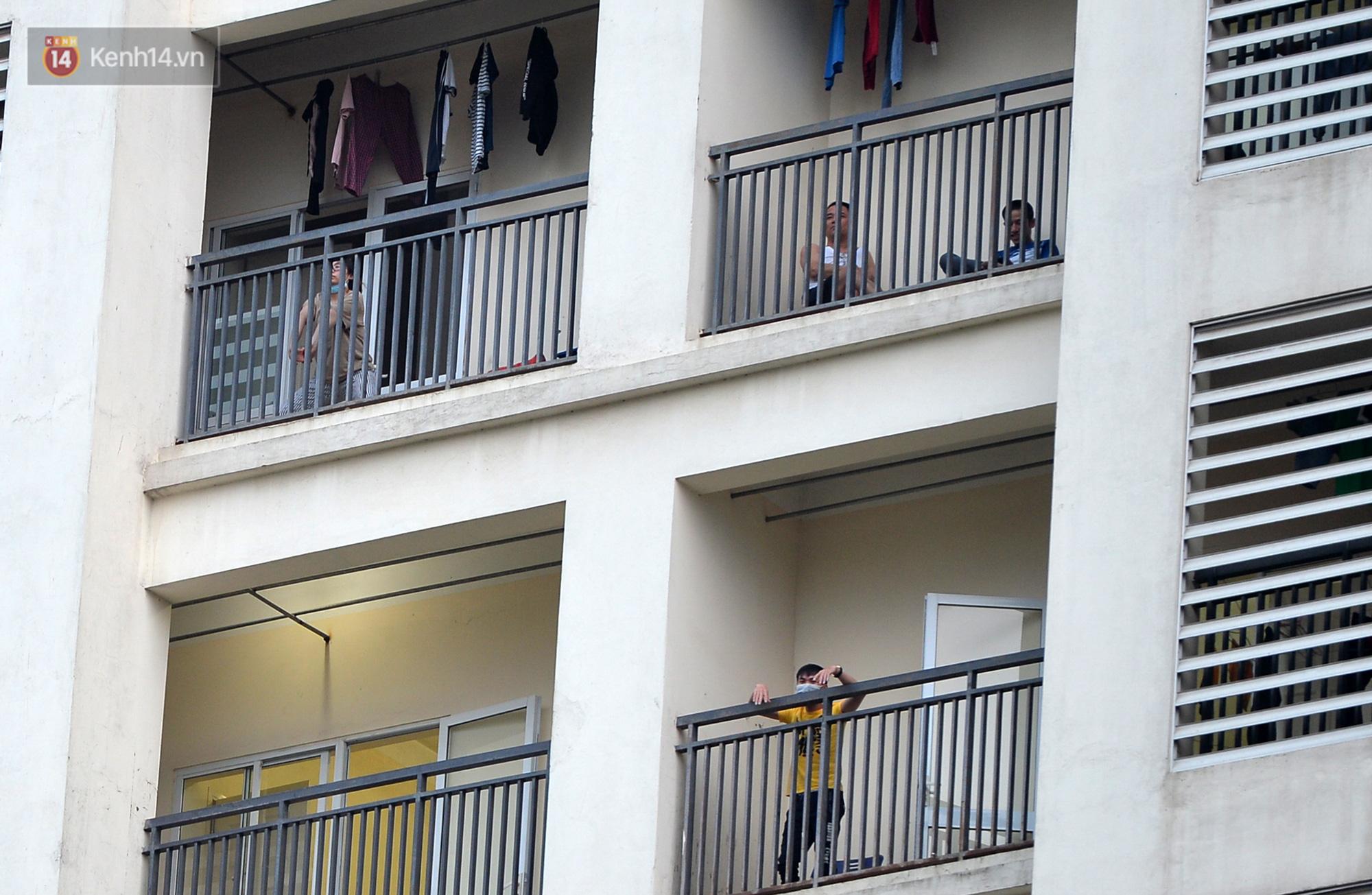 Mẹ bắn tim từ xa cho con gái, các anh thanh niên tầng trên cột dây thả túi hoa quả cho chị em tầng dưới trong khu cách ly ở Hà Nội - Ảnh 8.
