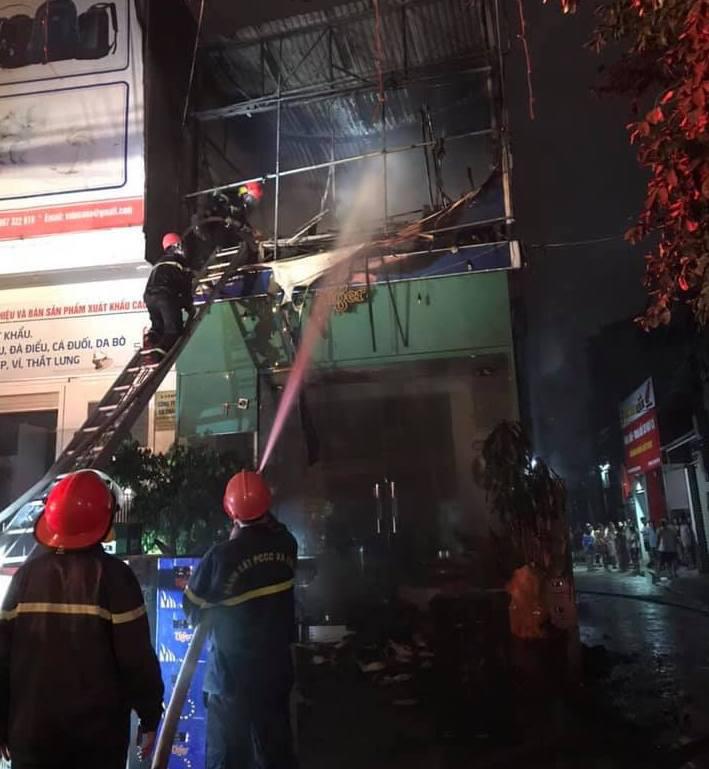 Thấy nhà cùng tài sản bị lửa thiêu rụi, thanh niên hoảng loạn leo lên nóc nhà đòi tự tử - Ảnh 3.