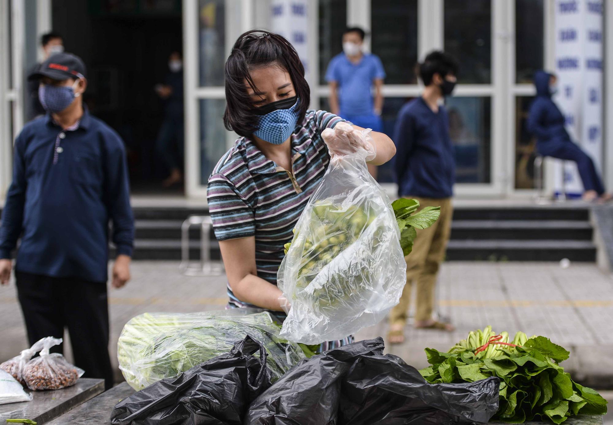 [Ảnh] Tiếp tế 350kg rau cho khu chung cư gần 1000 dân bị cách ly do có người mắc Covid-19 - Ảnh 8.