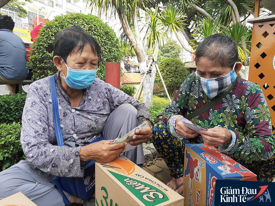 Xúc động chủ đại lý vé số ở Bình Dương tặng quà, phát tiền trăm triệu cho người nghèo mùa Covid-19 - Ảnh 11.