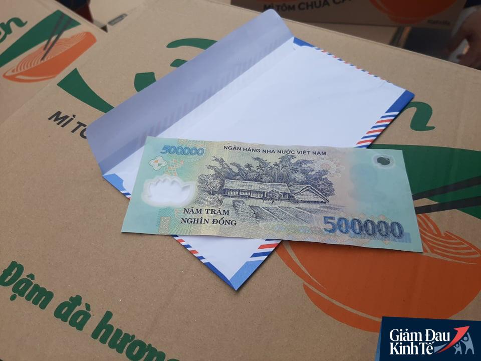 Xúc động chủ đại lý vé số ở Bình Dương tặng quà, phát tiền trăm triệu cho người nghèo mùa Covid-19 - Ảnh 10.