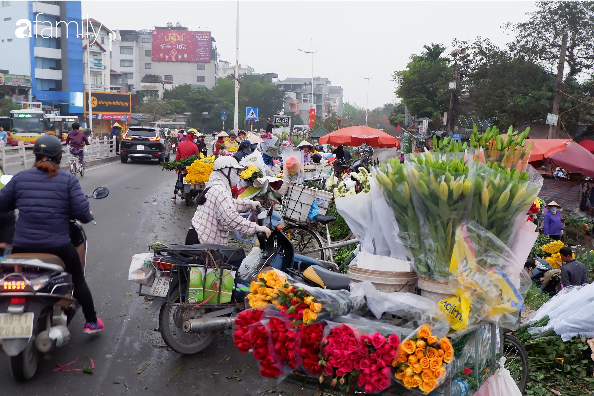Tấp nập chợ hoa đêm Quảng An ngày Quốc tế Phụ nữ 8/3 - Ảnh 4.