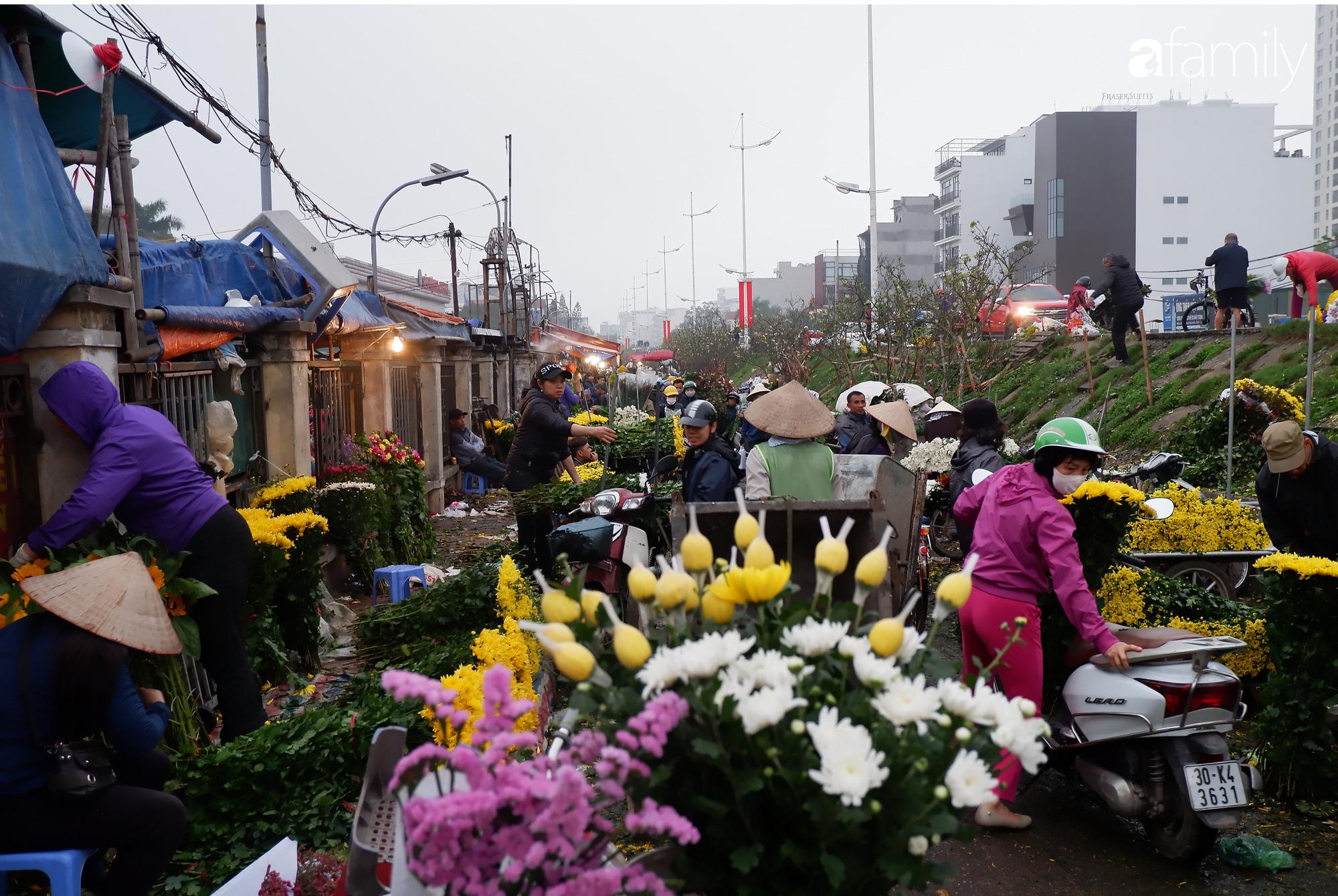 Tấp nập chợ hoa đêm Quảng An ngày Quốc tế Phụ nữ 8/3 - Ảnh 2.