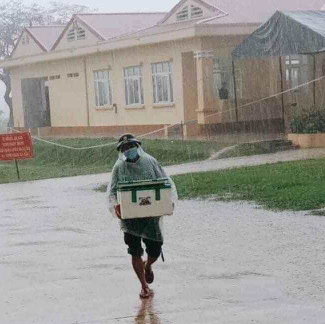 """Hình ảnh anh lính đội mưa, khệ nệ bê thùng xốp tiếp tế lương thực cho người dân ở khu cách ly khiến ai nấy đều """"ấm lòng"""" - Ảnh 2."""