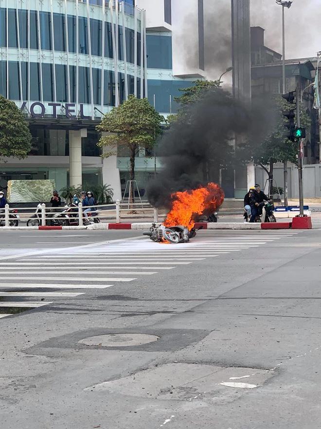 Chiếc xe máy bất ngờ cháy thành than giữa phố Hà Nội, hiện trường vụ việc khiến người xem đầy ám ảnh - Ảnh 2.