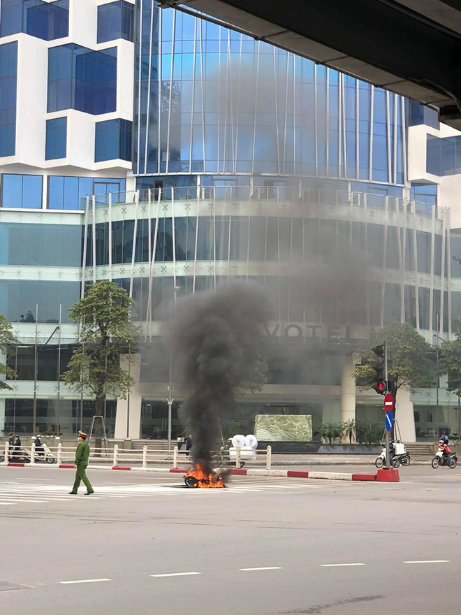 Chiếc xe máy bất ngờ cháy thành than giữa phố Hà Nội, hiện trường vụ việc khiến người xem đầy ám ảnh - Ảnh 3.