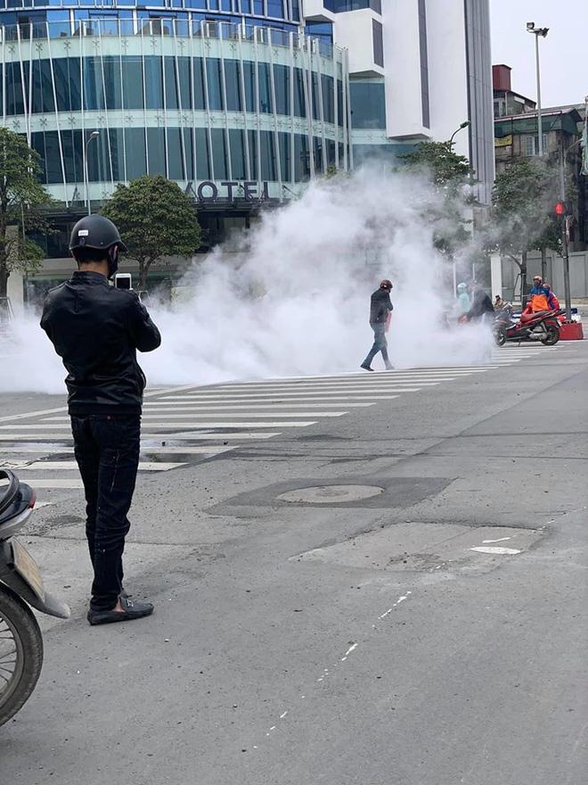 Chiếc xe máy bất ngờ cháy thành than giữa phố Hà Nội, hiện trường vụ việc khiến người xem đầy ám ảnh - Ảnh 5.