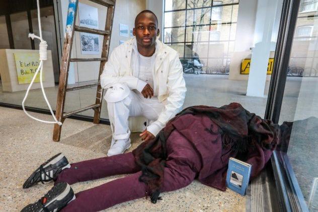 """Người đi đường thấy thi thể bên trong tòa nhà liền gọi báo chính quyền, cảnh sát vào cuộc phát hiện ra danh tính không ai ngờ của """"cái xác"""" - Ảnh 1."""