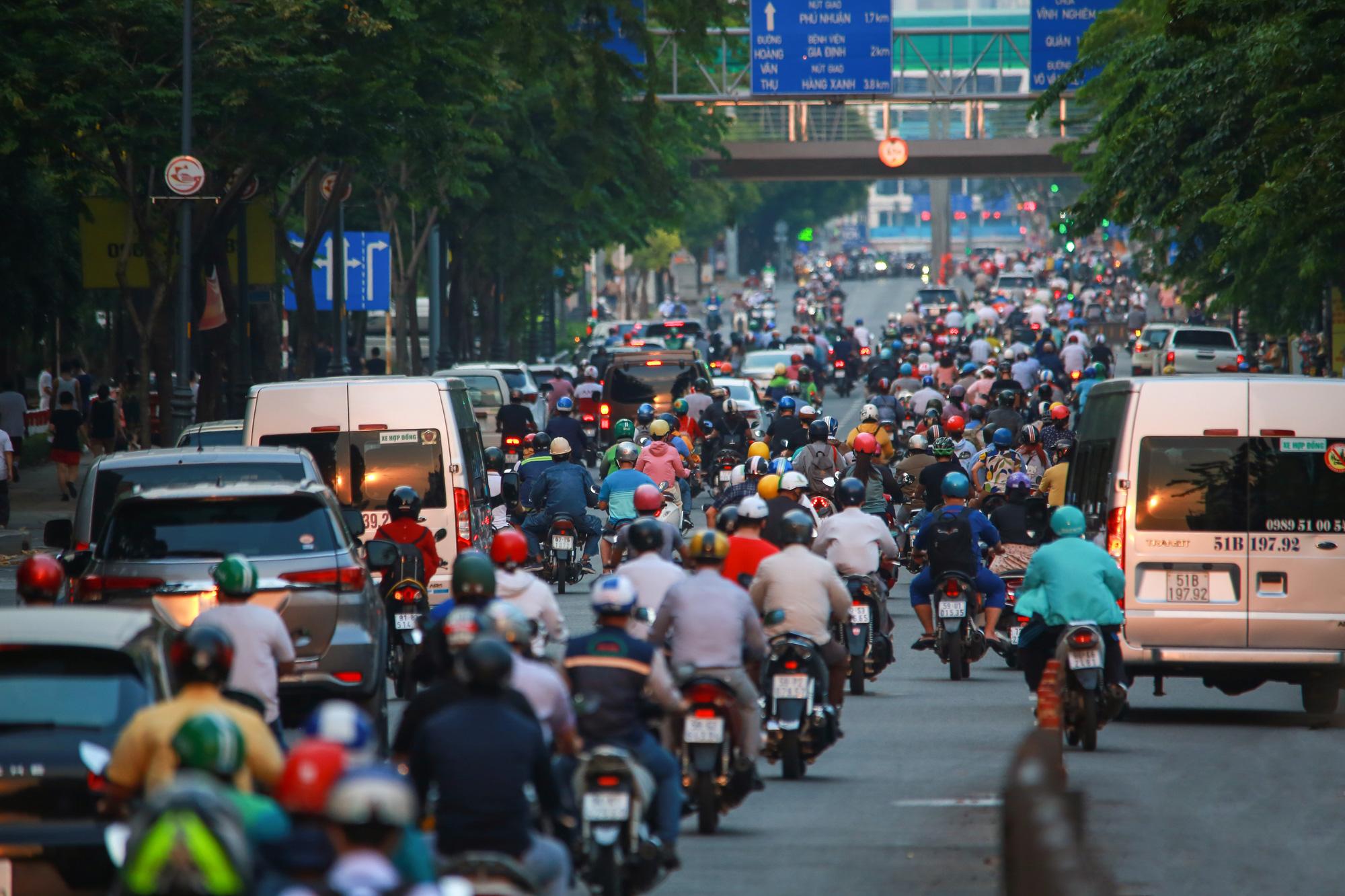 Sài Gòn đông đúc khi sắp kết thúc đợt cách ly toàn xã hội 14 ngày - Ảnh 2.