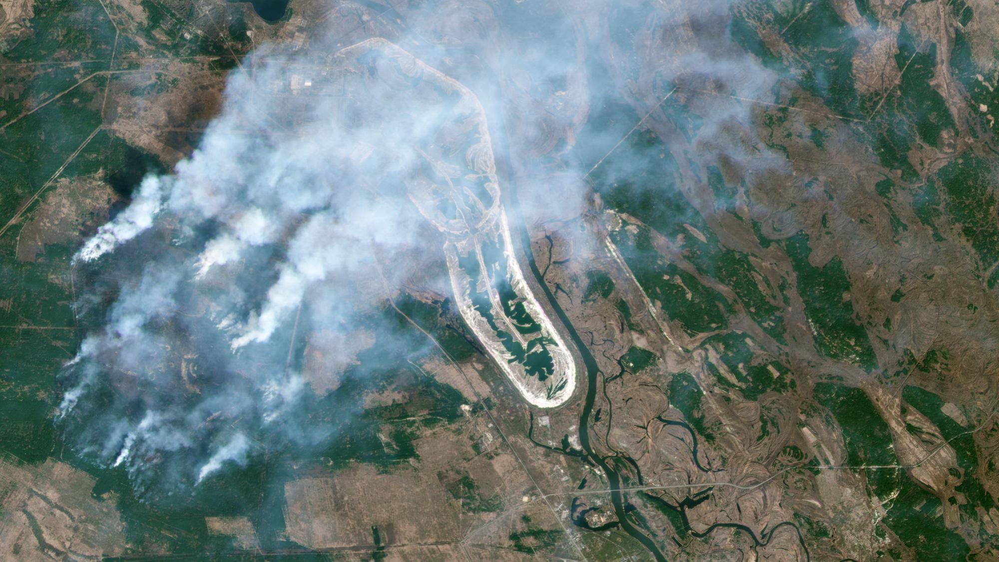 Ảnh chụp từ vệ tinh: Chernobyl chìm trong biển khói trắng vì thảm họa cháy lớn, lửa đang lan dần đến nhà máy điện hạt nhân bỏ hoang - Ảnh 1.