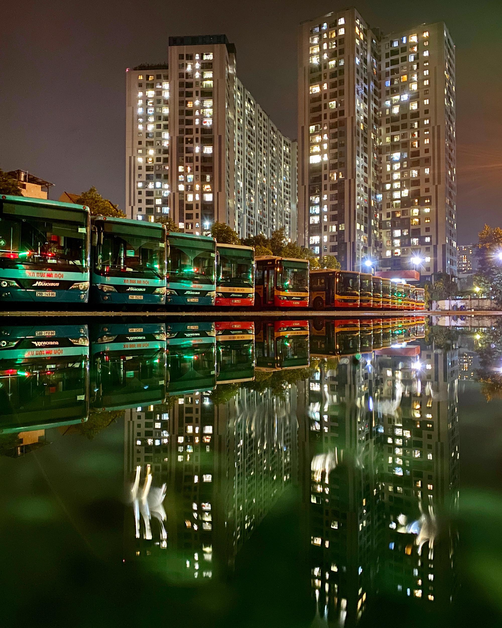 [ẢNH] Vẻ đẹp của gần 200 xe buýt tập kết về bến xếp hàng trong đêm - Ảnh 16.