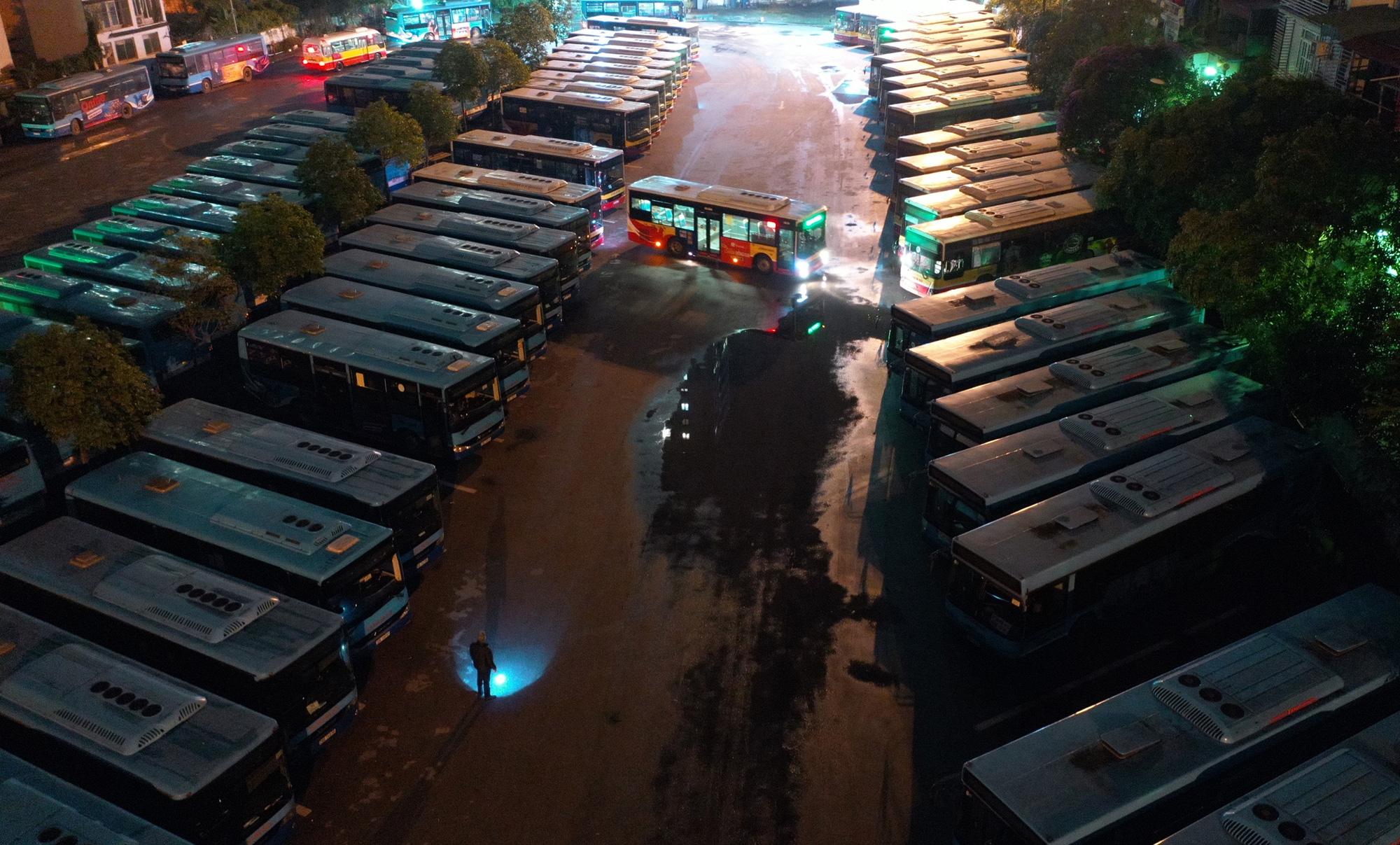 [ẢNH] Vẻ đẹp của gần 200 xe buýt tập kết về bến xếp hàng trong đêm - Ảnh 11.