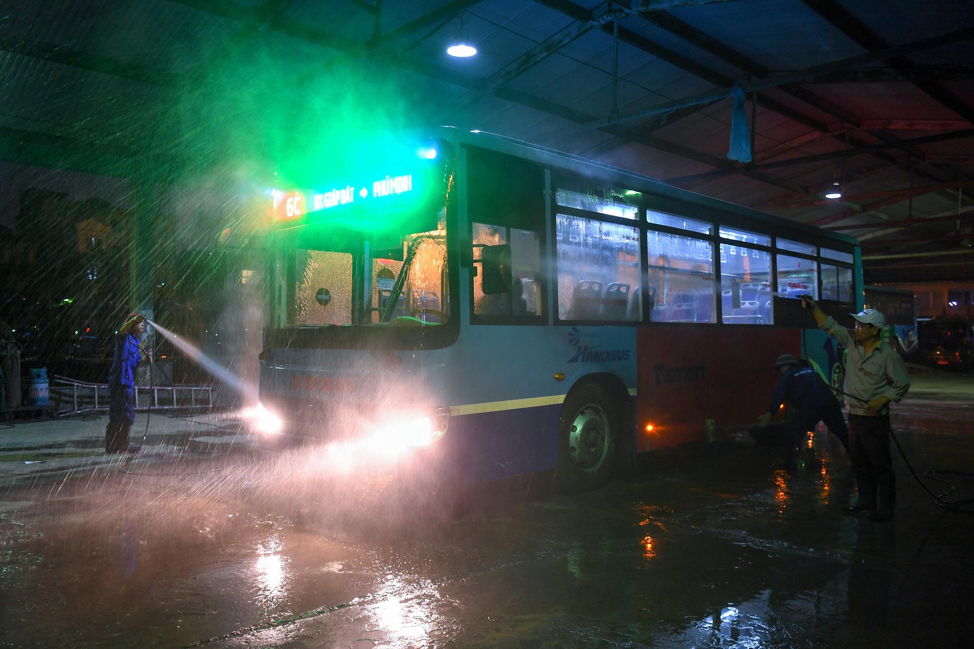 [ẢNH] Vẻ đẹp của gần 200 xe buýt tập kết về bến xếp hàng trong đêm - Ảnh 9.