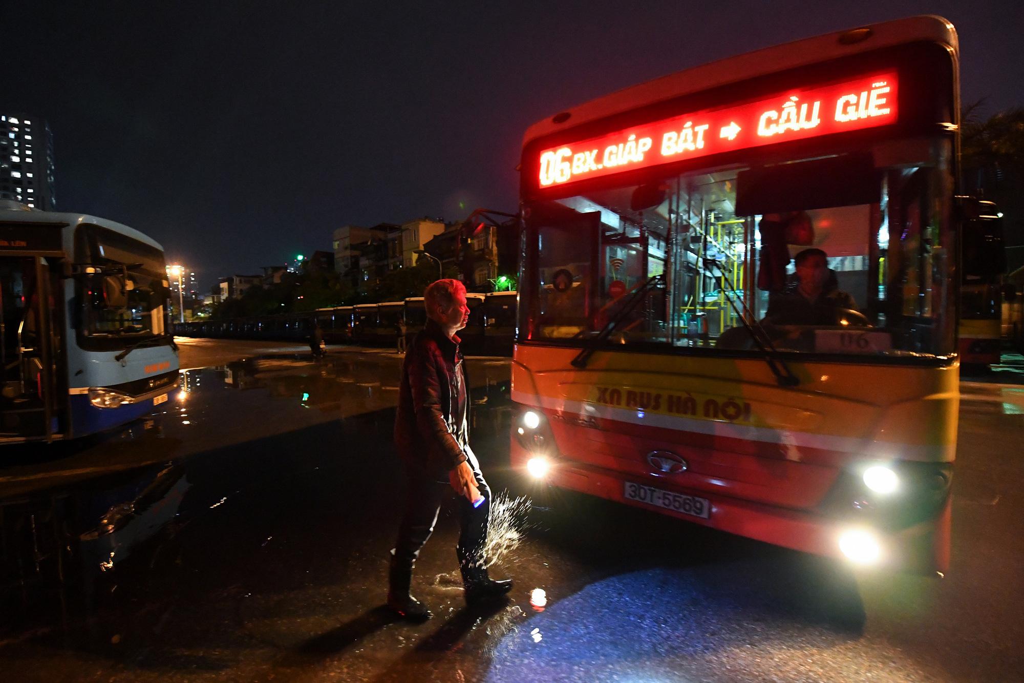 [ẢNH] Vẻ đẹp của gần 200 xe buýt tập kết về bến xếp hàng trong đêm - Ảnh 10.