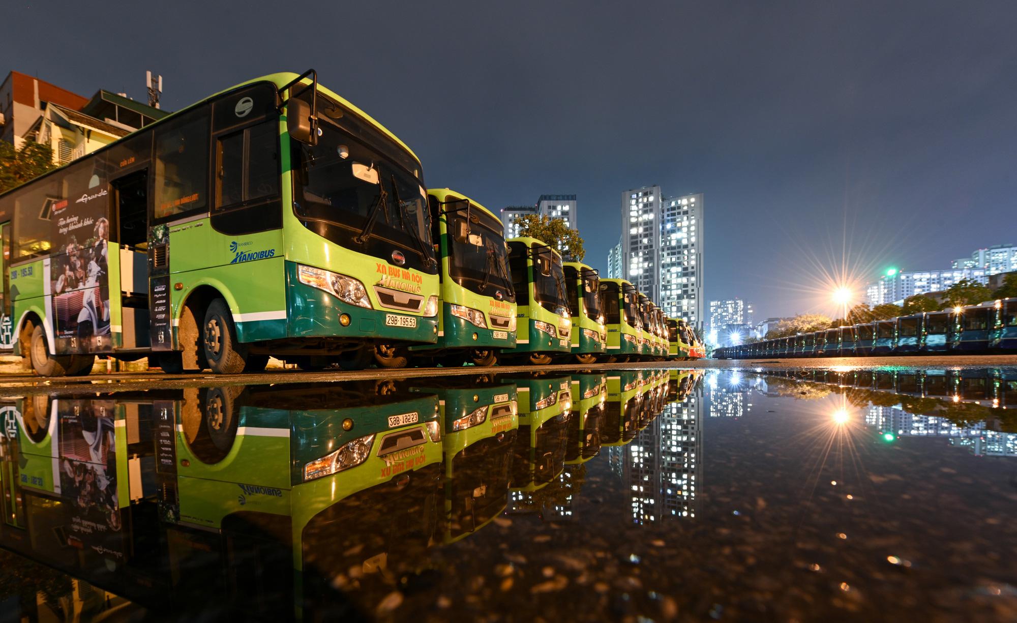 [ẢNH] Vẻ đẹp của gần 200 xe buýt tập kết về bến xếp hàng trong đêm - Ảnh 14.