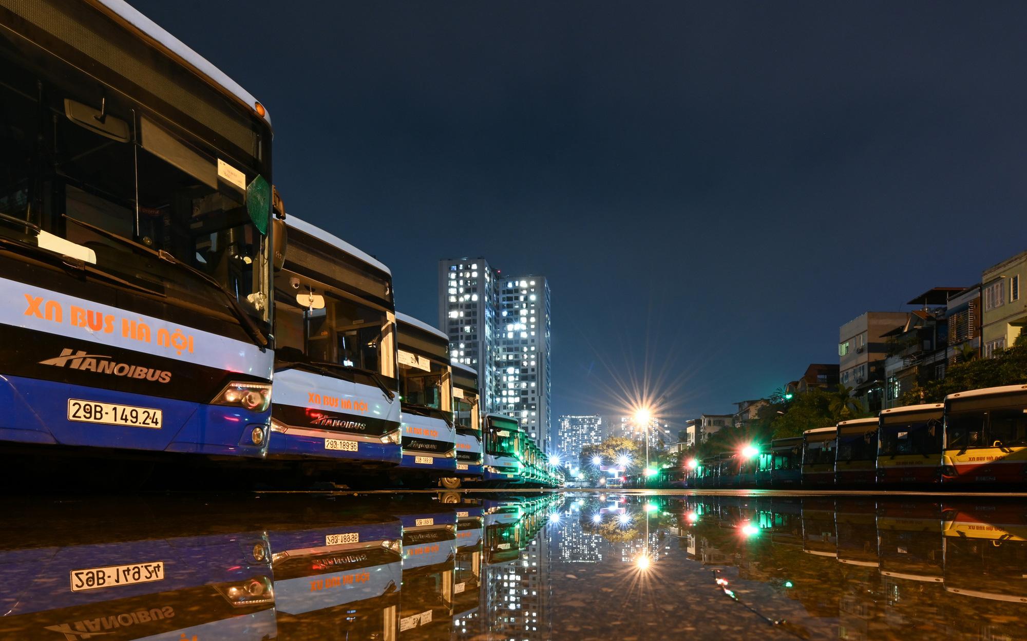 [ẢNH] Vẻ đẹp của gần 200 xe buýt tập kết về bến xếp hàng trong đêm - Ảnh 15.