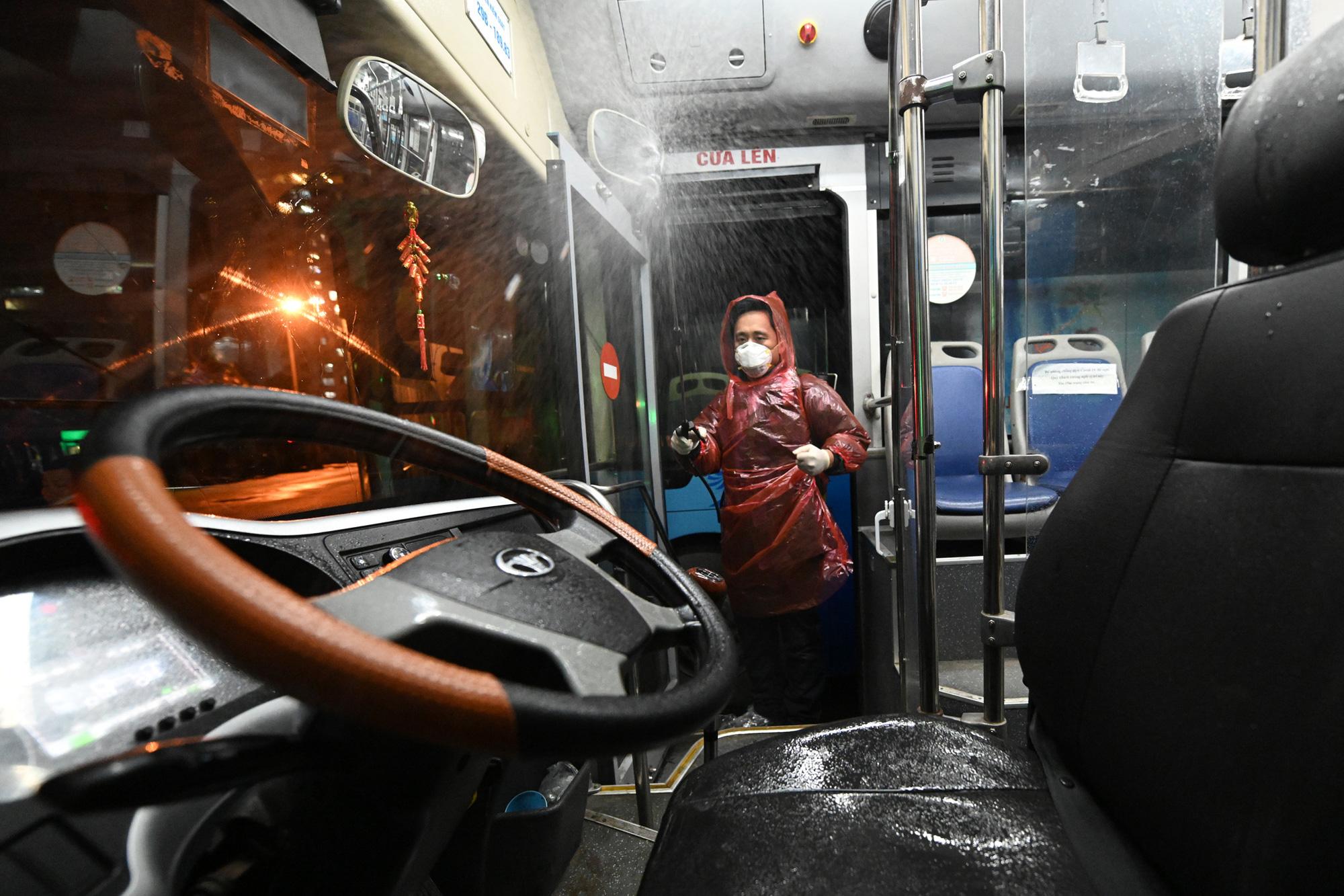 [ẢNH] Vẻ đẹp của gần 200 xe buýt tập kết về bến xếp hàng trong đêm - Ảnh 12.