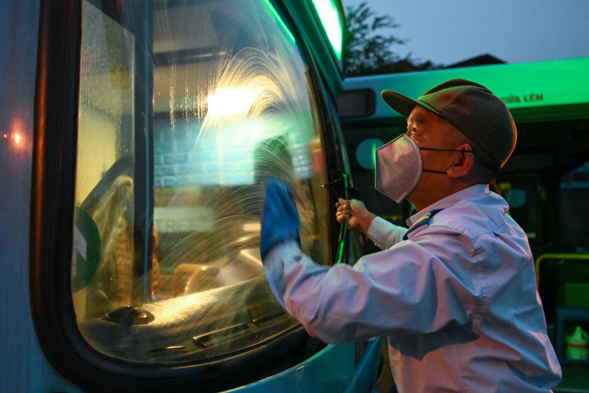 [ẢNH] Vẻ đẹp của gần 200 xe buýt tập kết về bến xếp hàng trong đêm - Ảnh 2.